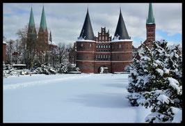 Holstentor im Winter, Motiv: 0635, in einem Massivholzrahmen
