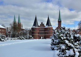 Holstentor im Winter, Motiv: 0632, auf einen Trägerrahmen gespannt