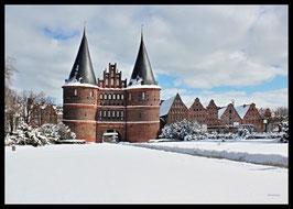 Holstentor im Winter, Motiv: 0623, in einem Massivholzrahmen
