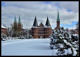 Holstentor im Winter, Motiv: 0632, in einem Rahmen mit Schattenfuge