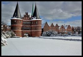 Holstentor im Winter, Motiv: 0622, in einem Massivholzrahmen