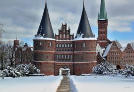 Holstentor im Winter, Motiv: 0631, auf einen Trägerrahmen gespannt