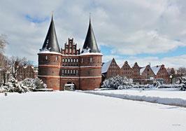 Holstentor im Winter, Motiv: 0623, auf einen Trägerrahmen gespannt