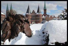Holstentor im Winter, Motiv: 0628, in einem Massivholzrahmen