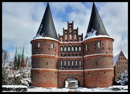 Holstentor im Winter, Motiv: 0618, in einem Rahmen mit Schattenfuge