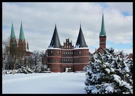 Holstentor im Winter, Motiv: 0633, in einem Massivholzrahmen