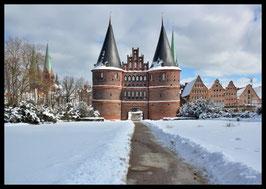 Holstentor im Winter, Motiv: 0620 in einem Rahmen mit Schattenfuge