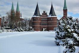 Holstentor im Winter, Motiv: 0635, auf einen Trägerrahmen gespannt