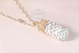 Vergoldete Koralle - weißer Anhänger, lange Halskette