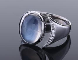 Ring mit Ceylon-Mondstein und Brillanten aus Platin