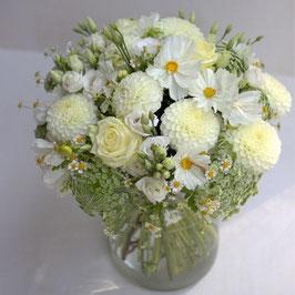 Weißer Blumenstrauß mit sommerlichen Blüten