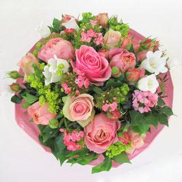 Rosa Rosen und weiße Campanula
