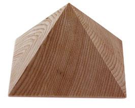 Massive Holzpyramide mit kleiner Grundfläche