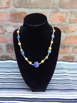Geel blauwe halsketting.