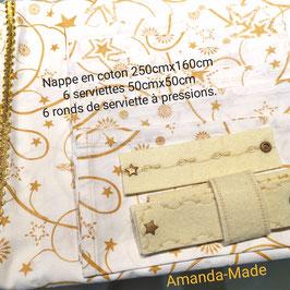 Ensemble Nappe (250cm x 156cm) et 6 serviettes de table (50cm x 50cm) en tissus et ses 6 ronds de serviette en feutre noir et 4 décorations coin de nappe.