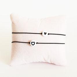 Vriendschapsbandjes 2x Zwart elastiek + Witte kraal met zwart hartje