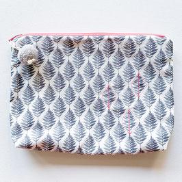 Necessaire gross, graues Blätter Muster mit pink bestickt mit Pompon