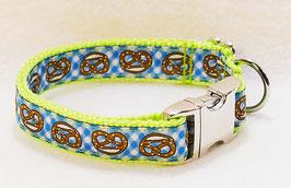 Halsband Brezen blau auf hellgrün mit Aluschließe