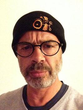 Le bonnet ou la casquette. Noir. logo brodé orange