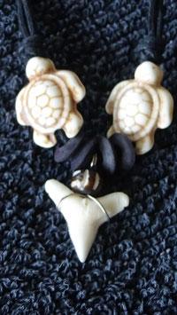 Halsschmuck / Anhänger aus Haifischzahn und Stein Schildkröten weiss