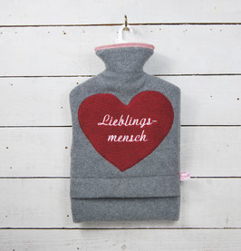 """Bestickte 2.0 Liter Wärmflasche - """" Lieblingsmensch """" - Herz in Bordeaux"""