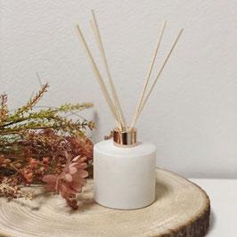 Huisparfum groot wit met rose gouden dop en geurstokjes 200ml