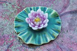 Lotusblüte als Kerze auf Blatt