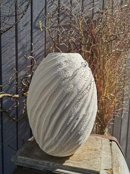 Vase geschnitzt weiß, 28cm hoch, mit Perlenglasur