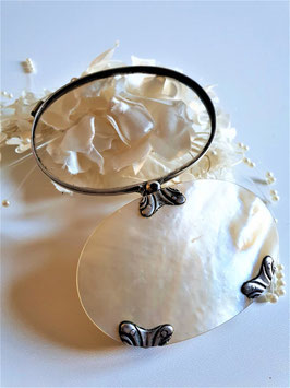 A Mother Of Pearl Magnifier Glass - Late 19th Century - An oval shaped MOP cased magnifier swivel pin, framed in silver with silver mounts