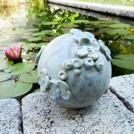 Gartenkugel mit Hortensienblüten
