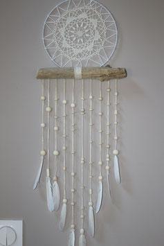 Attrape rêve dentelle et plumes blanches.