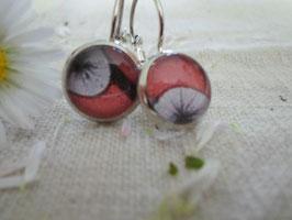 Boucles d'oreilles de 12mm, fleur noir sur fond rouge