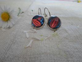 Boucles d'oreilles cabochons 12 mm sans nickel, feuille rouge  fond bleue.
