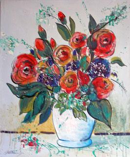 Rote Rosen in weißer Vase