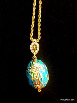 Eine wunderschönes vergoldetes Ei wie Faberge mit der Mutter Gottes und dem Christuskind innen.