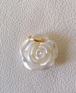 Rosenanhänger weiss, Perlmutt mit goldener Öse. Duchmesser 2,cm
