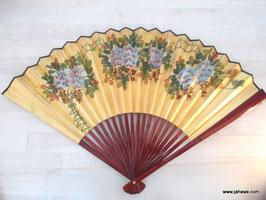 Großer Feng Shui Fächer  mit wunderschöner Bemalung  auf Goldfarbe.