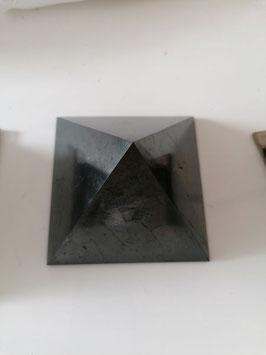 Edelshungit Pyramide  aus Russland. 10 x 10 cm. veredelt und sehr klar von der Ausstrahlung.