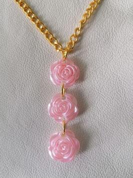 Rosenanhänger mit 3 rosa Rosen und goldfarbenen Ösen. ohne Kette