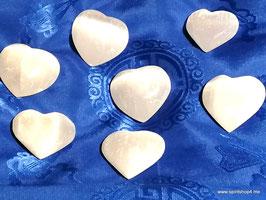 Herzen aus Selenit strahlend