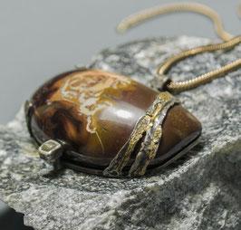 Opalanhänger mit Rohdiamant