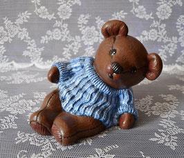 Bärenjunge mit blauem Pullover
