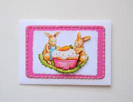 Osterkuvert weiß-pink. Zwei Hasen mit Muffin.