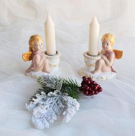 Zwei sitzende Putten mit Kerze
