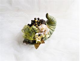 Füllhorn aus Keramik grün-gold mit Herbstdeko