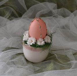 Gesteck weiß-rosa. Mit Ei, Grasrand und Blumen