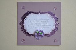 Karte mit Gedicht und Schleife in lila