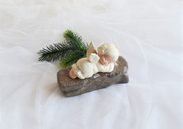 Schlafender Engel auf Stein in cremeweiß