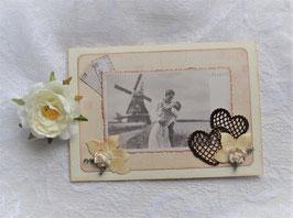 Nostalgiekarte mit gestanzten Herzen