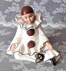 Pierrot sitzend von Hand bemalt.